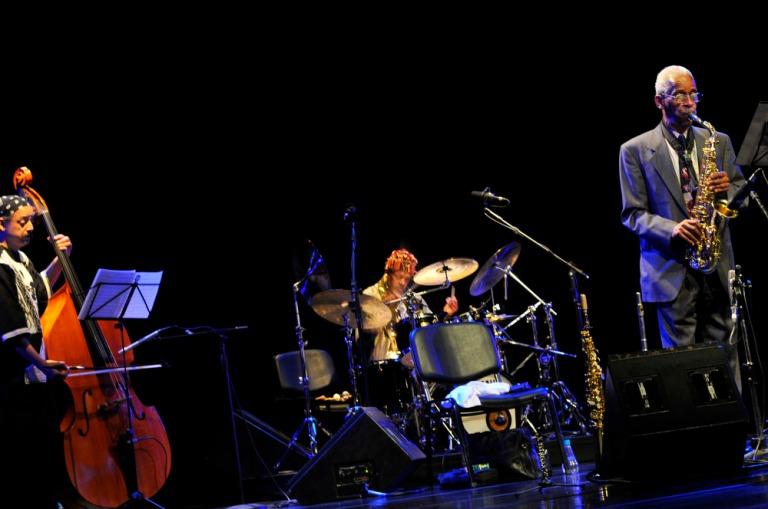 O baixista Jaribu Shahid, Don Moye e  Roscoe