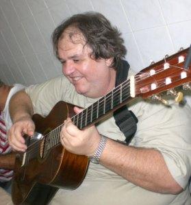 Mesquita manda brasa no violão em foto da Carol Ramos