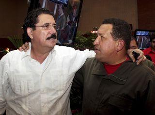 O presidente Manuel Zelaya é recebido por Hugo Chavez na Nicarágua