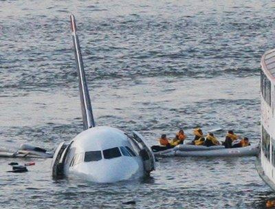 Não, o avião não caiu, mas os passageiros ficaram na lama