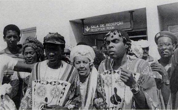 Jimmy Cliff sendo recebido no aeroporto por Gil e pela turma do Ilê Aiê em 1980