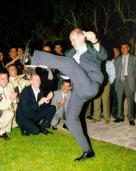 Papandreou: Don't stop 'till you get enough. Agora alguém vai ter de limpar essa bagunça.