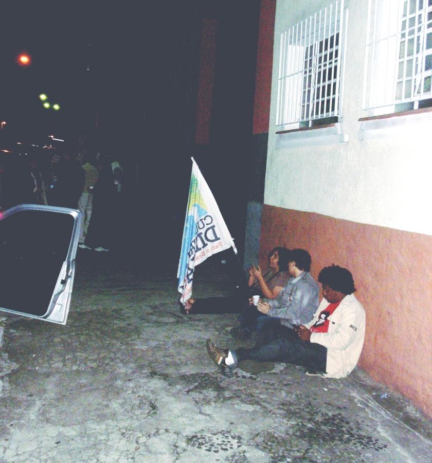 militantes de plantão na porta da Pana